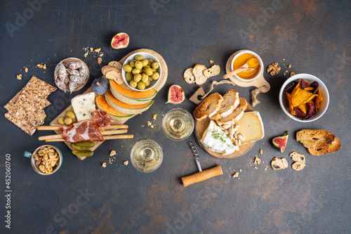 Photo Snacks table with Italian snacks and wine in glasses