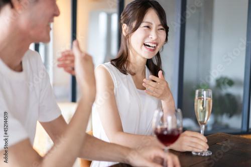 Obraz na plátně バーでお酒を飲むカップル