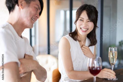 Fotografie, Obraz バーでお酒を飲むカップル
