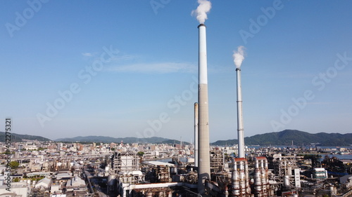 Leinwand Poster 工場の煙突と日本の街並み 山口県周南市の景色