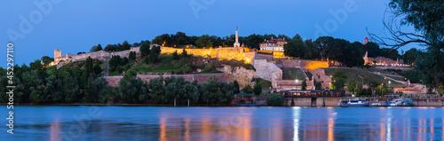 Slika na platnu セルビア 対岸から見えるベオグラードのライトアップされたベオグラード要塞とサバ川