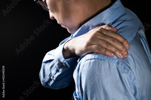 Canvas 肩を抑えている男性