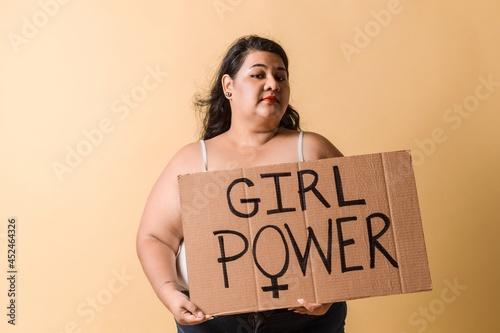 Fotografiet portrait of plus size latin american woman holding a banner
