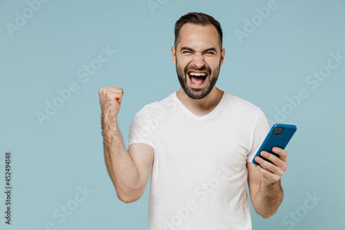Tela Young overjoyed happy man wear casual basic blank print design white t-shirt usi
