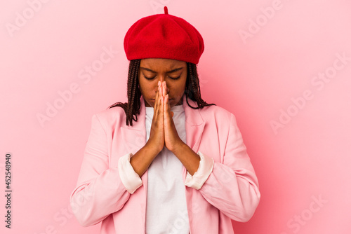 Tela Young african american woman isolated on pink background  praying, showing devotion, religious person looking for divine inspiration