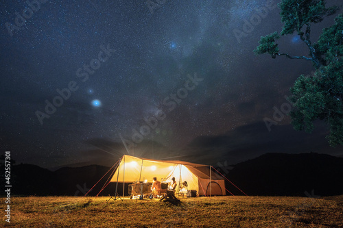 Tela Couple tourist resting in yellow tent camping on hill with starry in the night s
