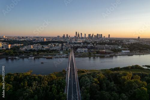 Fotografia, Obraz Widok na wieżowce w centrum Warszawy o zachodzie słońca, złota godzina, nad most