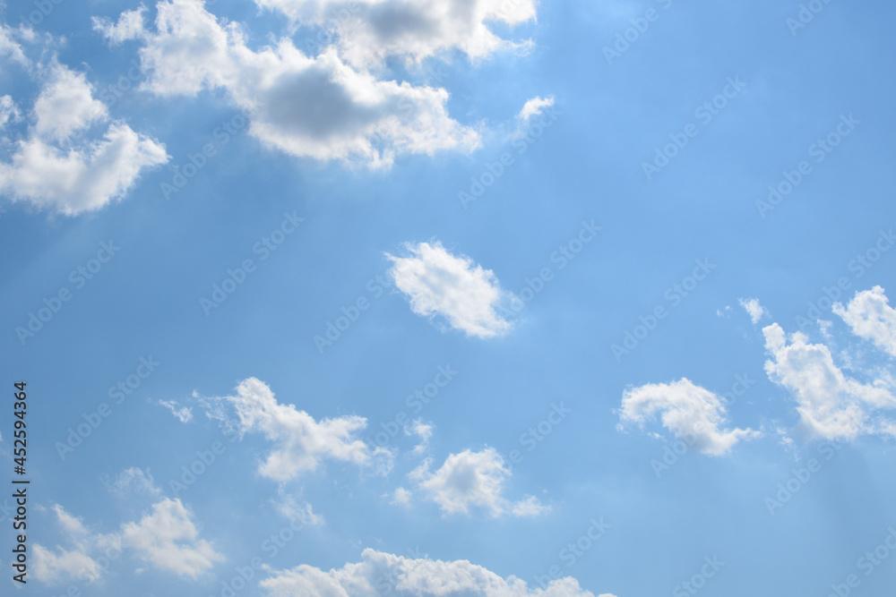 Małe chmury na niebie