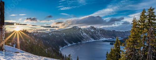 Fotografia Sunburst Over Crater Lake
