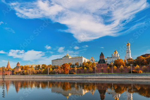 Fotografie, Obraz Moscow Russia, city skyline at Kremlin Palace and Moscow River with autumn folia