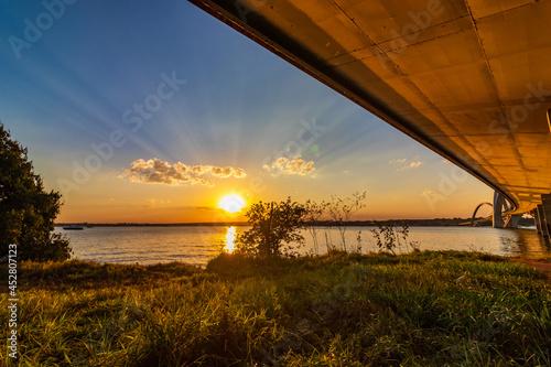 Canvas Print Pôr do sol visto debaixo da ponte JK em Brasília.