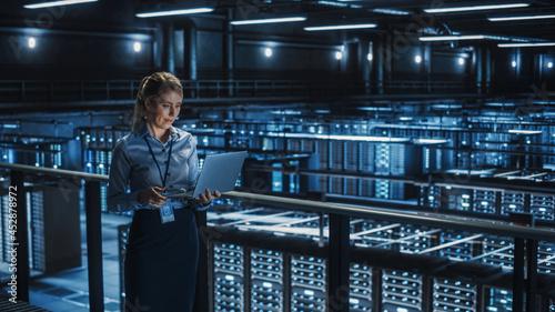 Canvas Print Data Center Female It Specialist Using Laptop