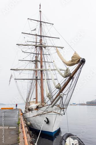 Valokuva Brig class sailing ship moored at a pier