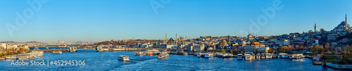 Fotografia Istanbul, Turkey - 1 April, 2017: Panorama of Cityscape of Golden horn with anci