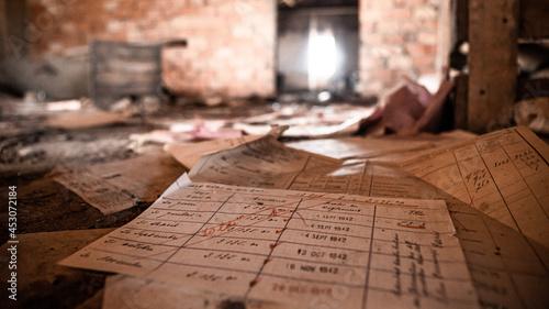 Fotografie, Obraz papiers au sol dans une usine abandonnée