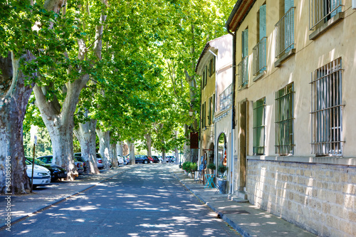 Fotografia Provencal street with typical houses in southern France, Provence
