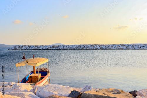Carta da parati boat at the pier. Embankment, sunset over the sea, pleasure boat