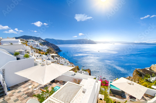 The whitewashed hillside town of Oia, Greece, filled with cafes and hotels overlooking the Aegean Sea and Caldera Fototapet