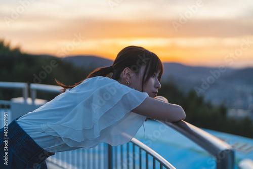 Stampa su Tela 夕暮れの展望台にいる女性