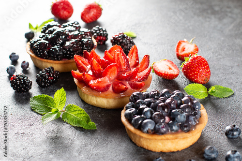 Canvastavla Set of various tartlets or cakes with cream cheese and summer berries