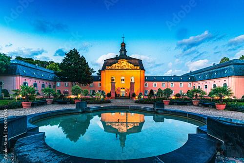 Canvas Schloß Wickrath bei Mönchengladbach beleuchtet zur blauen Stunde