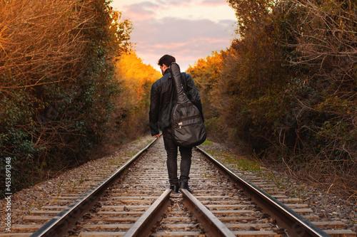 Fotografering Hombre con guitarra al atardecer 1