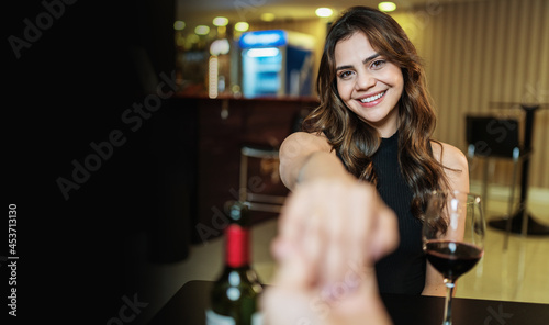 Fotografia Boyfriend requesting his girlfriend's hand with an engagement ring at a restaura
