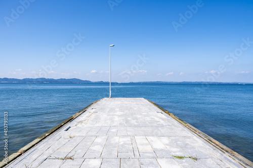 【夏】宮の浜海水浴場からみる青い海と晴れた空の風景 香川県 豊島 Fototapete