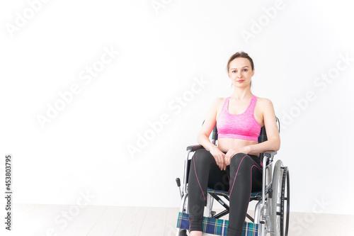 Fényképezés スポーツウェアを着て車椅子に乗る外国人の女性