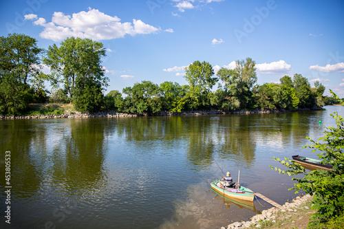 Fototapeta Paysage de bord de Loire, pêcheur sur sa barque en Anjou.
