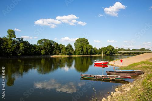 Fotografie, Obraz Paysage de bord de Loire en Anjou, barque et gabare ligérienne.