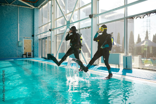Woman and male divemaster, course in diving school Fototapet