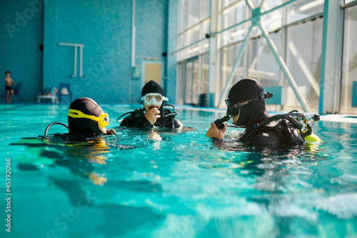 Tablou Canvas Divemaster and divers in aqualungs, diving school