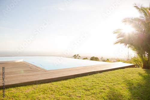 Photo Infinity pool overlooking hillside