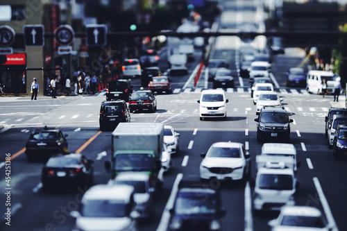 日本の道路を走る車 交通イメージ Fototapeta