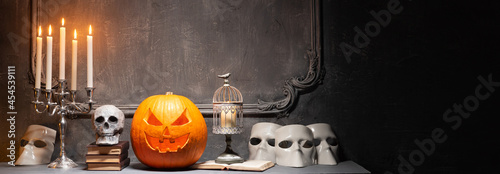 Valokuva Scary laughing pumpkin and old skull on ancient gothic fireplace