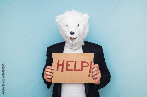 Man in a polar bear mask holding a sign that says HELP Fototapet