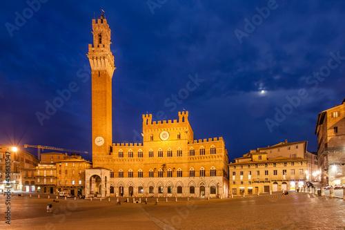 Fototapeta premium Piazza del Campo in Siena at night