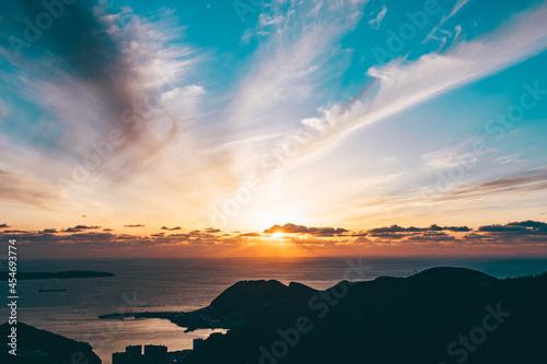 Billede på lærred 海岸線に沈むドラマチックな夕日