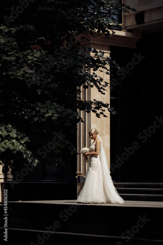 Foto Beautiful caucasian bride on a dark background near the house
