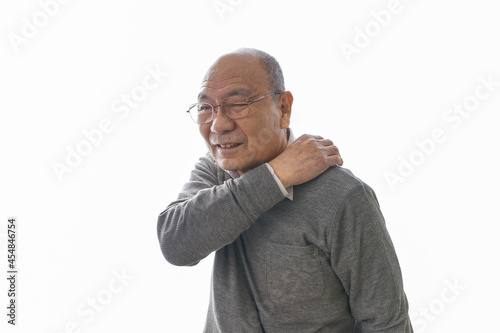 肩こりに苦しむシニア男性 Fotobehang