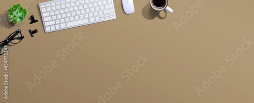 Fotografia Computer keyboard with a cup of coffee and eyeglasses