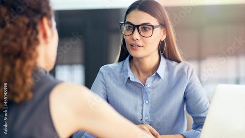 Canvastavla Business people discussion advisor concept
