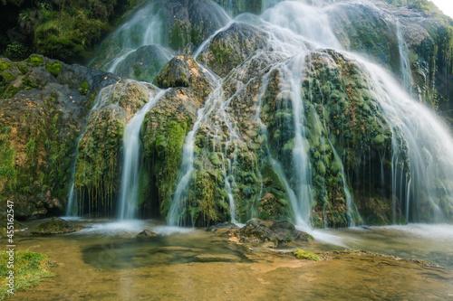 Fotografie, Obraz Pose longue de la cascade des tufs à Baumes-les-Messieurs dans le Jura en Franch