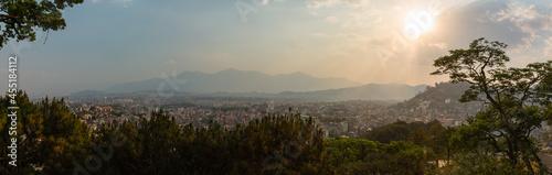 Fotografija ネパール 首都カトマンズのスワヤンブナート寺院のある丘から見えるカトマンズ盆地