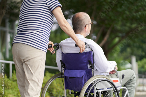 Fényképezés 車椅子の高齢者をサポートする家族