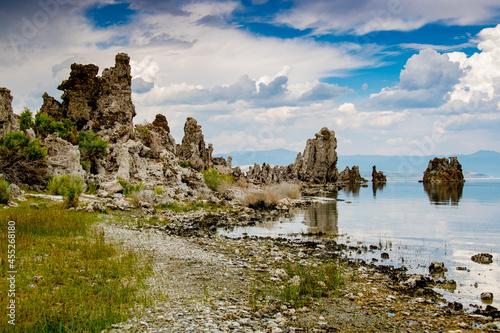 Obraz na płótnie Côte déchirée du Mono Lake (Nevada, Californie, Etats-Unis) sous un beau ciel bl