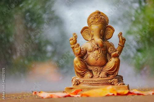 Photo Water splash on lord ganesha sculpture
