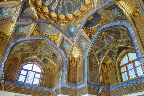 Fotografia Antique decorations of walls and ceiling of Ak Saray mausoleum, Samarkand, Uzbekistan