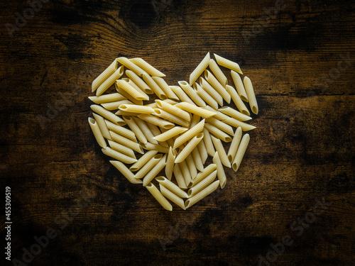 Photo Des pâtes Penne en forme de coeur